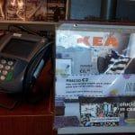 Una curiosa forma de distribución publicitaria de Ikea: Compra mi catalogo en 2€ y te los devuelvo cuando vengas a comprar. ¡Curioso!